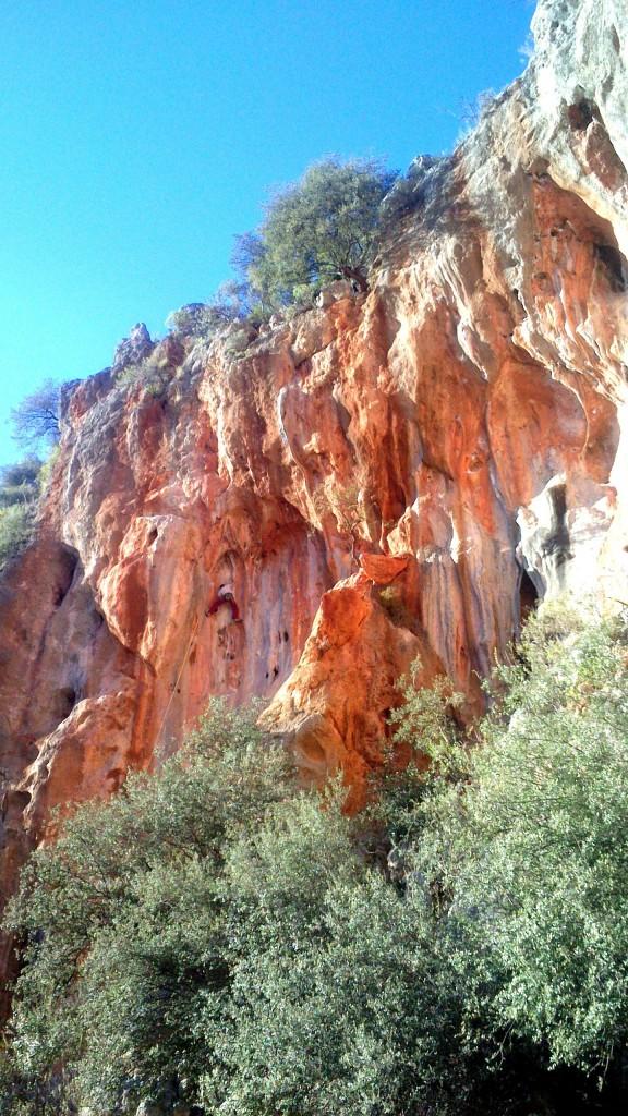 Grimpeur dans du beau rocher sous les lignes