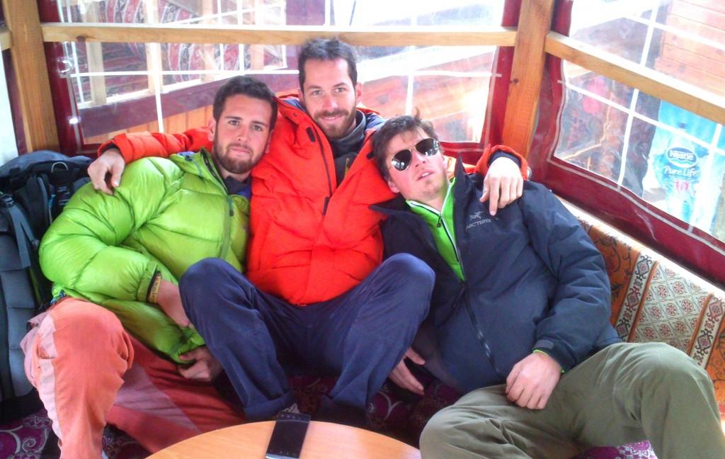 La dream team presque au complet après un resto très copieux – Guillaume, Antony et moi avec une pensée pour Clément